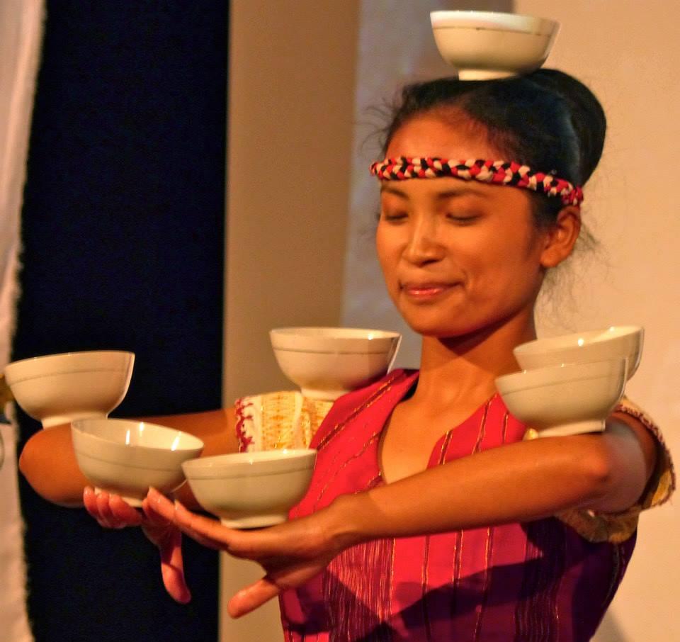Foto _ Tänzerin mit Wasserschalen